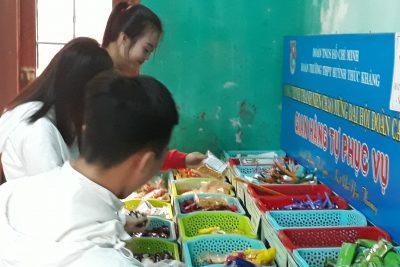 Gian hàng tự phục vụ ở Trường THPT Huỳnh Thúc Kháng: Việc làm hay, ý tưởng tốt