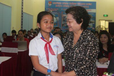 Trao học bổng Vừ A Dính cho học sinh dân tộc thiểu số, vùng biển đảo tỉnh Quảng Ngãi