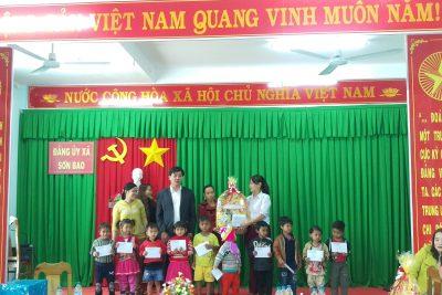 Sở Giáo dục và Đào tạo thăm, tặng quà tết cho học sinh nghèo xã Sơn Bao
