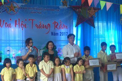 Trao quà Tết trung thu cho trẻ em khuyết tật
