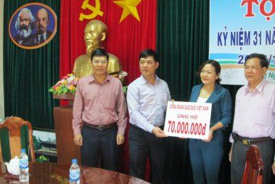 Công đoàn giáo dục Việt Nam thăm và ủng hộ giáo dục Quảng Ngãi khắc phục bão, lụt