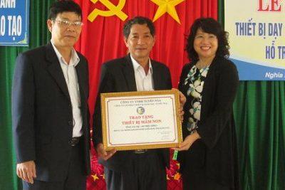 Công ty trách nhiệm hữu hạn Tuyết Nga hỗ trợ thiết bị giáo dục cho huyện Nghĩa Hành.