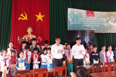 Quảng Ngãi: Trao vở học sinh bị thiệt hại trong đợt lũ tháng 12/2016