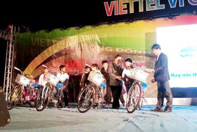 Viettel Quảng Ngãi tặng 100 chiếc xe đạp cho học sinh Quảng Ngãi