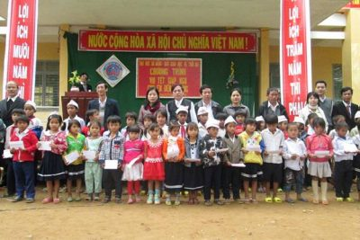 Trường Đại học Đà Nẵng cùng Báo Giáo dục và Thời đại hỗ trợ học sinh nghèo ăn Tết.