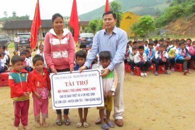 Mang niềm vui đến với cô giáo Ca Dong nuôi học trò nghèo
